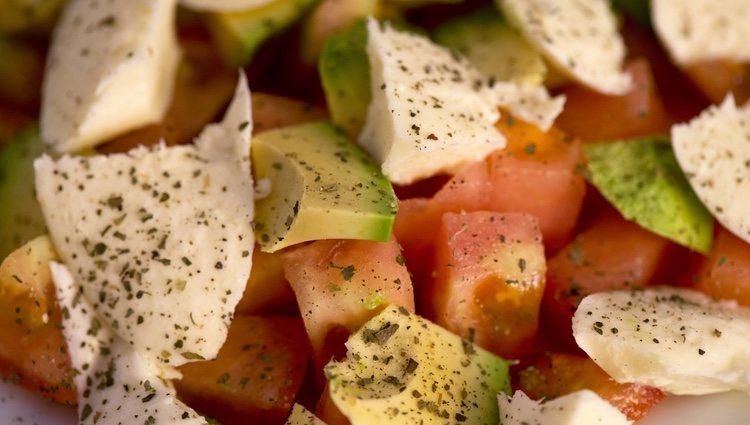 Esta ensalada se puede tomar tanto caliente como con las verduras en crudo