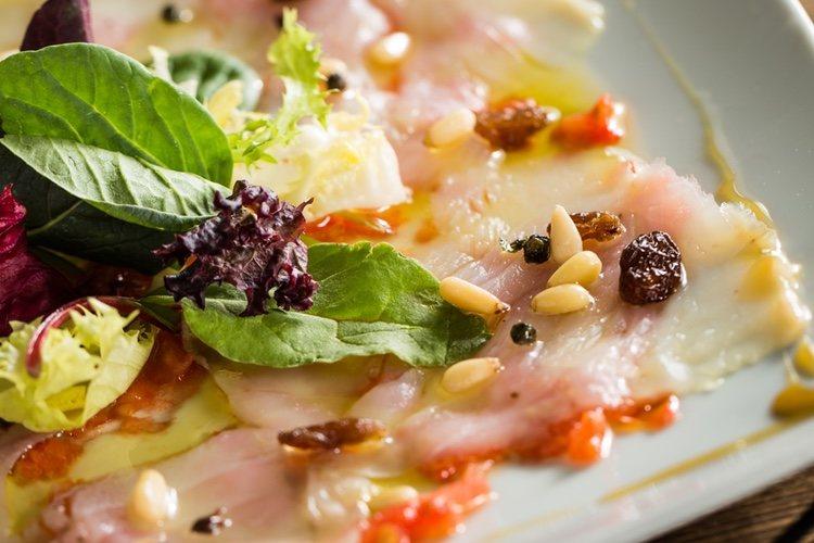 Aplica unas gotas de aceite de oliva al plato para que el bacalao no se quede pegado