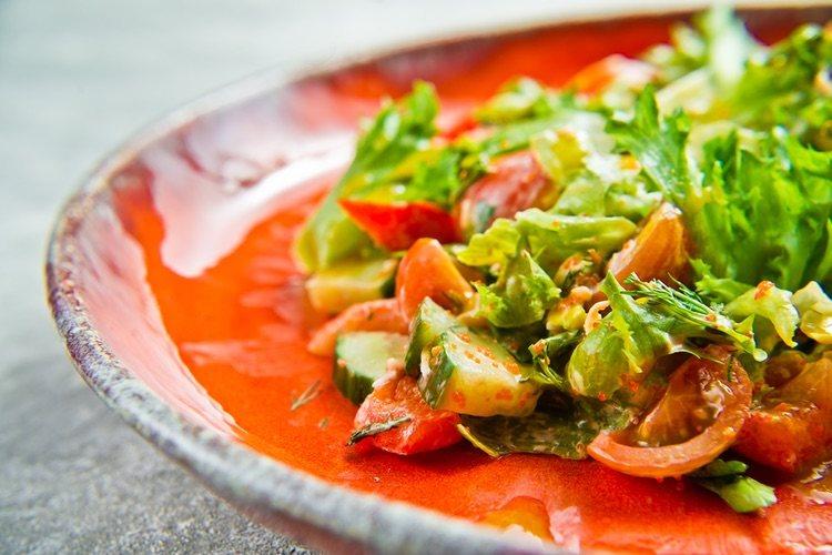 Aunque la receta original no la lleve puedes añadir lechuga para una ensalada más completa