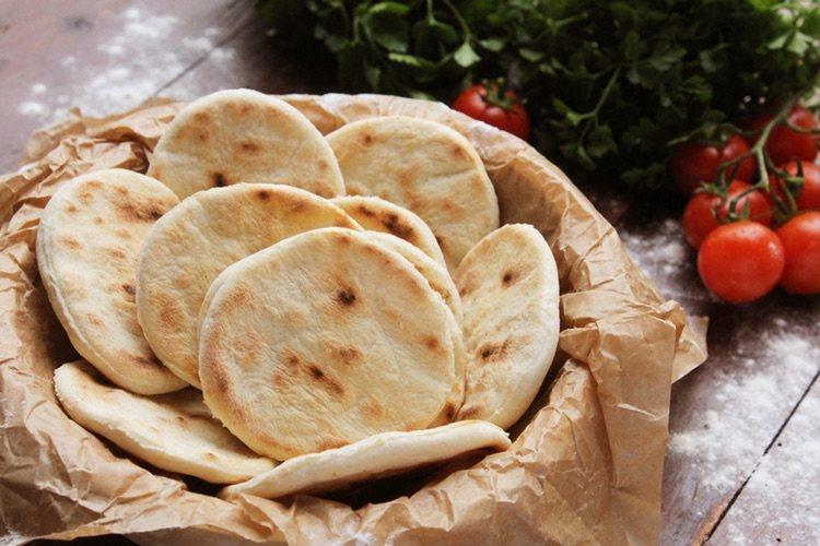 El pan de pita es buen acompañante para cualquier comida