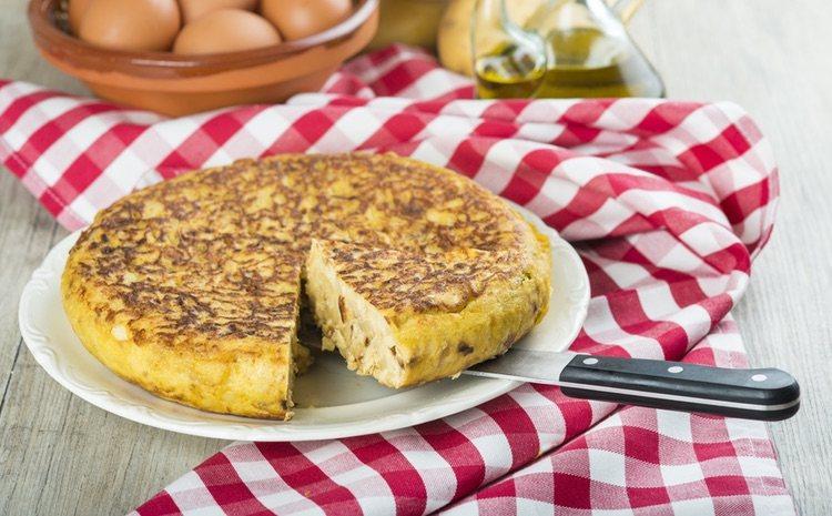Una vez en la sartén puedes dorar la tortilla al gusto