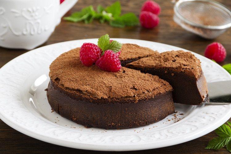 La decoración pueden ser polvos de cacao, bolitas de chocolate o tiras de chocolate negro, lo que más te guste