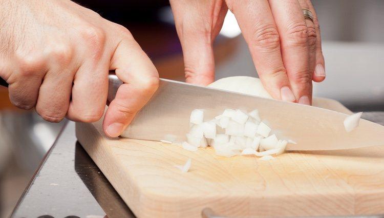 Para hacer el relleno tienes que picar en trozos pequeños la cebolla