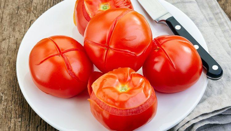 Escaldar los tomates ayudará a poder pelarlos con facilidad