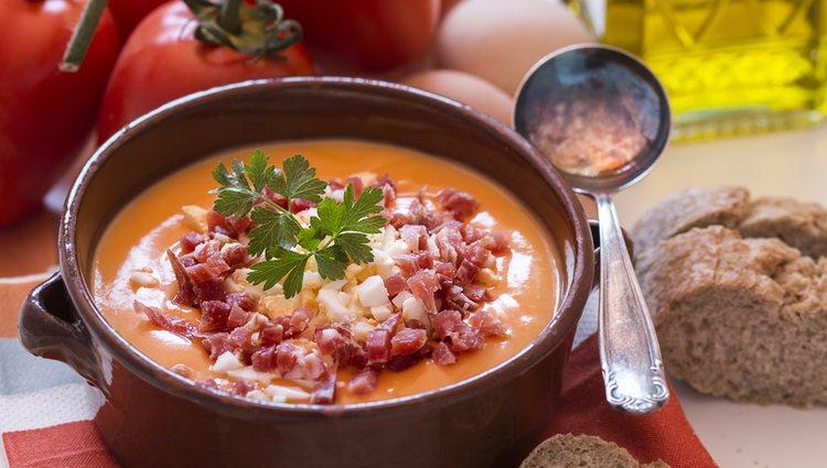 Los acompañantes típicos del salmorejo son jamón y huevo, pero puedes añadir pimientos o pepino