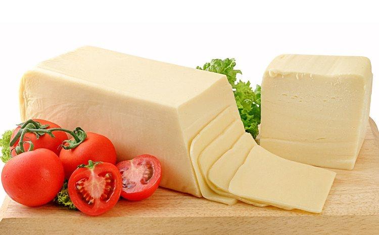 Recuerda cortar las lonchas de queso finas para que se fundan más rápido