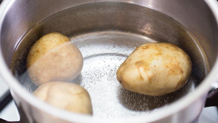 Hay que lavar bien las patatas antes de ponerlas a cocer