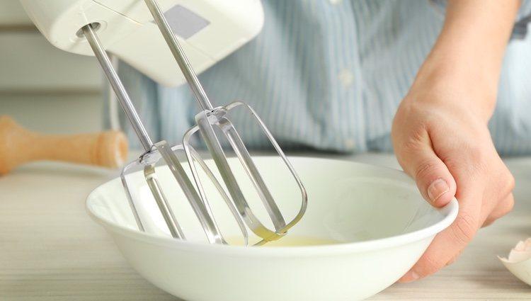 Mete en una batidora un huevo, aceite, sal, romero y salvia y lo trituras