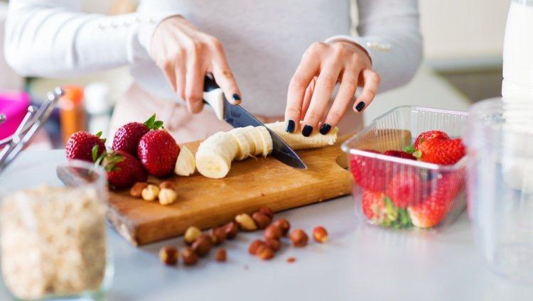 El primer paso es cortar en trozos la fruta