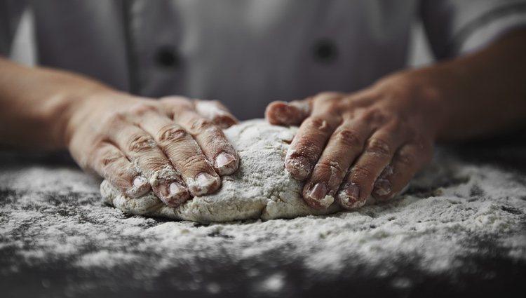 Después de integrar todos los ingredientes tendrás que amasarlos para que se mezclen bien