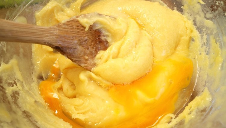 Disfruta de un sabroso pastel horneado hecho de masa de choux y queso