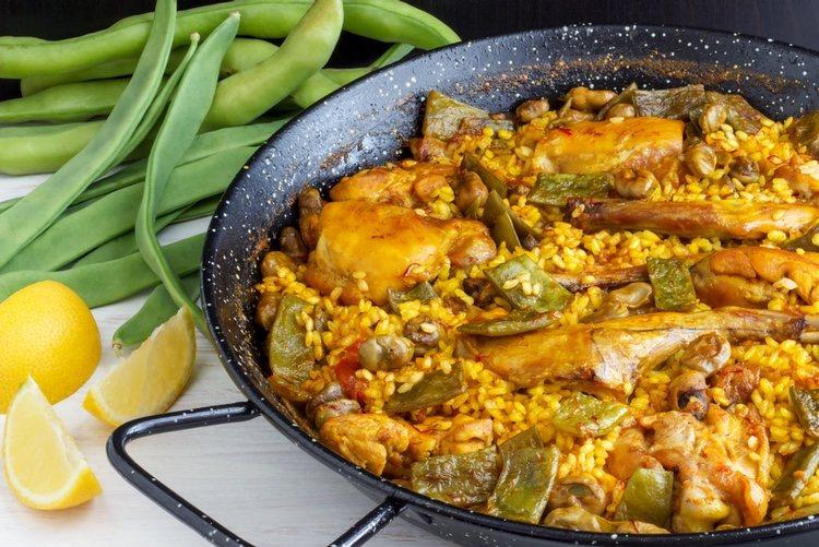 La paella de pollo es típica de la gastronomía española