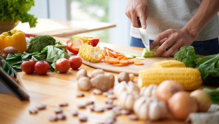Mientras el arroz se hace cortaremos las verduras y las echaremos en la sartén
