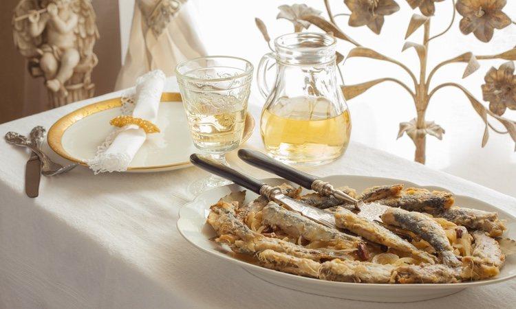 Las sardinas a la veneciana son un plato estupendo ya sea para comer o cenar