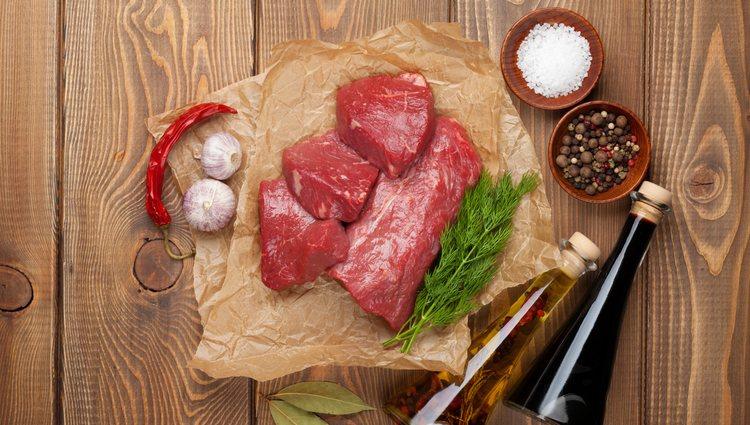 Sazona la carne con sal y pimienta