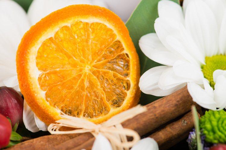 La canela en poca cantidad da a la naranja un toque especial