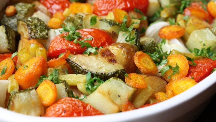 El primer paso será lavar y trocear las verduras mientras se calienta el horno
