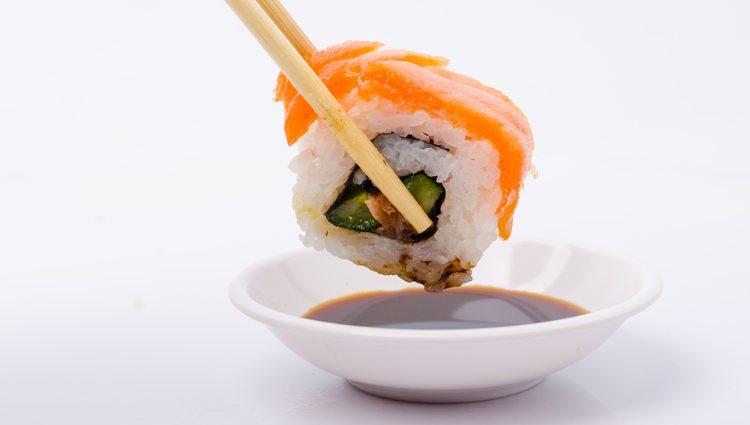 Este plato se caracteriza por la inversión del arroz y el salmón