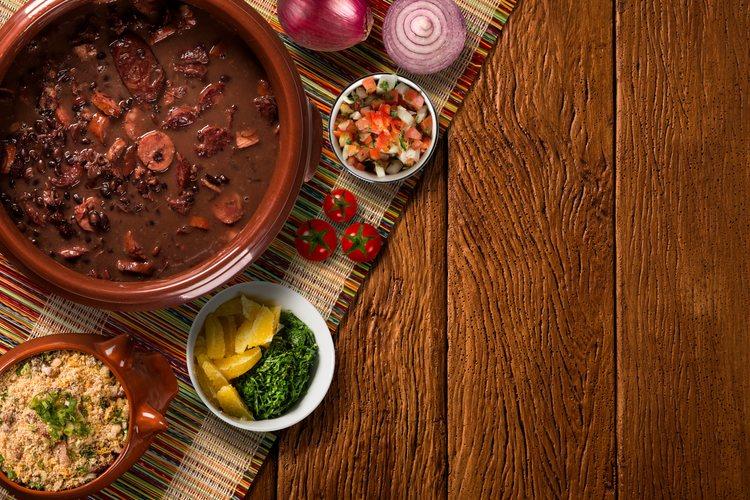 Las feijoadas es un guiso de alubias negras con verduras y carne