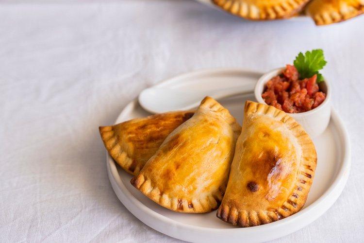 Se puede acompañar a las empanadillas con cualquier tipo de salsa, como tomate frito