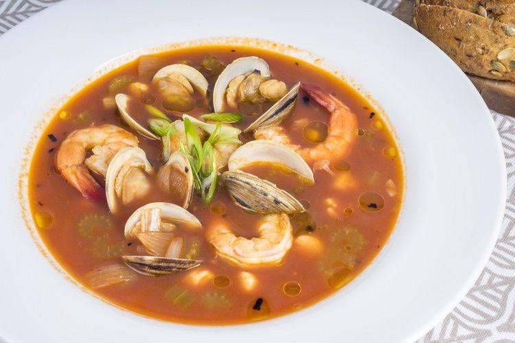 La sopa de almejas es un plato muy rico y fácil de preparar