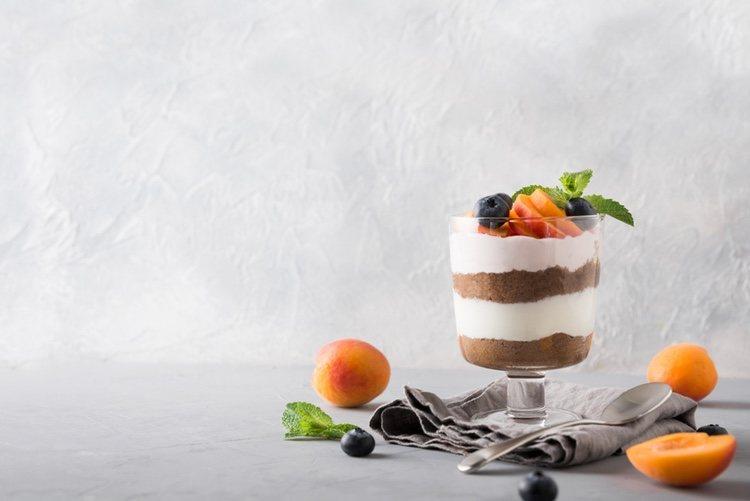 Trifle con melocotones y frutos del bosque, ideal para añadir cualquier fruta