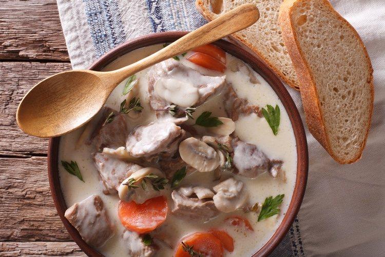 La blanquette puede hacerse también con otras carnes, aunque lo más habitual es utilizar ternera