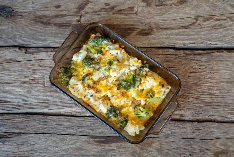 El brócoli gratinado se tiene que servir caliente para disfrutar más de su sabor