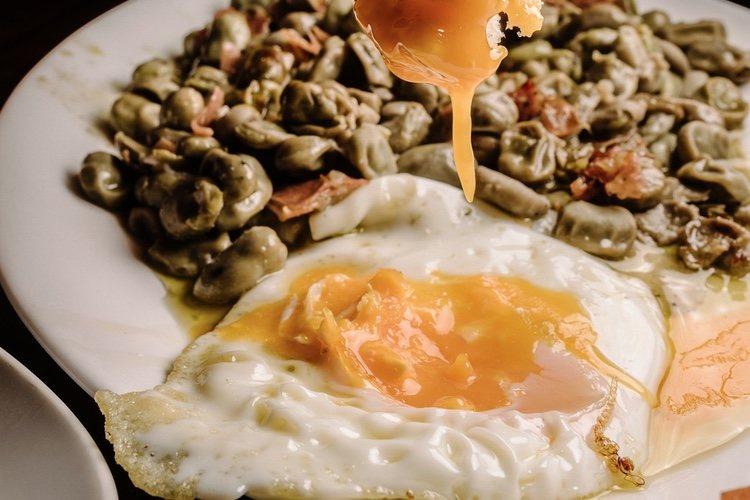 Puedes acompañar las habas con huevos fritos con jamón o chorizo