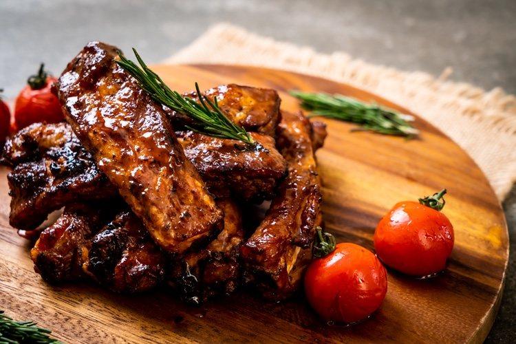 Puedes decorar la carne con romero, tomillo e incluso salsa barbacoa