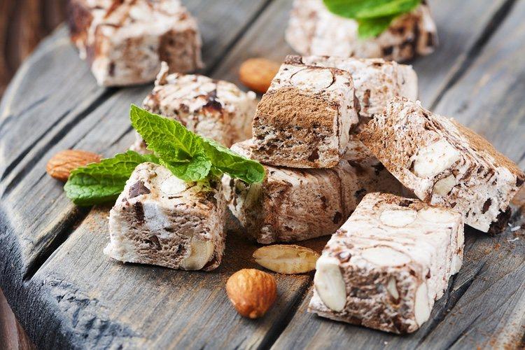 El turrón de chocolate blanco es fácil de preparar con un resultado delicioso