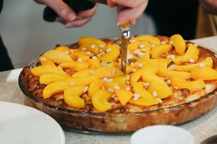 El pastel de melocotón es mejor servirlo templado o frío