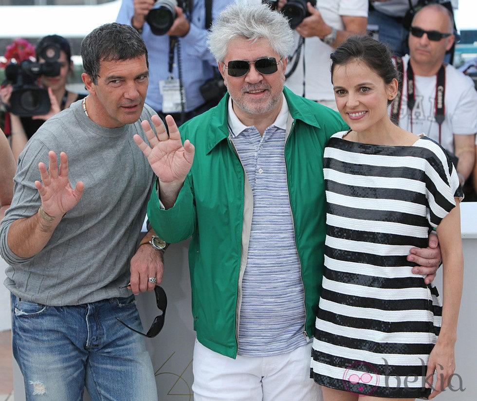 Antonio Banderas, Pedro Almodóvar y Elena Anaya saludan en Cannes