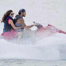 Eva Longoria y Eduardo Cruz en moto acuática