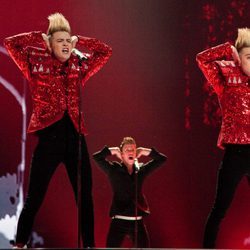 Jedward cantan 'Lipstick' en Eurovisión 2011
