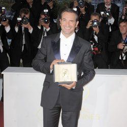 Jean Dujardin posa con su galardón en Cannes