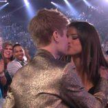 Justin Bieber y Selena Gomez besándose en los Premios Billboard