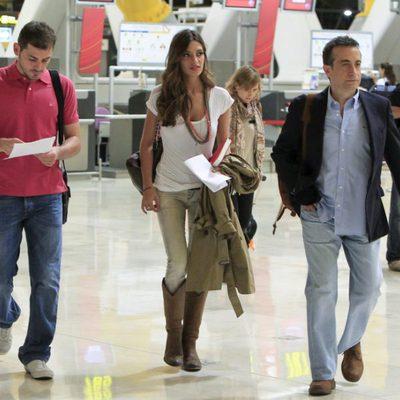Iker Casillas, Sara Carbonero y J.J. Santos en el aeropuerto de Barajas