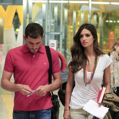 Iker Casillas y Sara Carbonero en el aeropuerto de Barajas