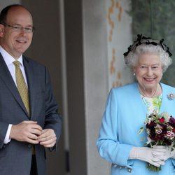 Alberto II de Mónaco e Isabel II de Inglaterra en la Chelsea Flower Show