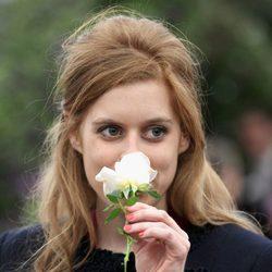 Beatriz de York huele una flor en la Chelsea Flower Show