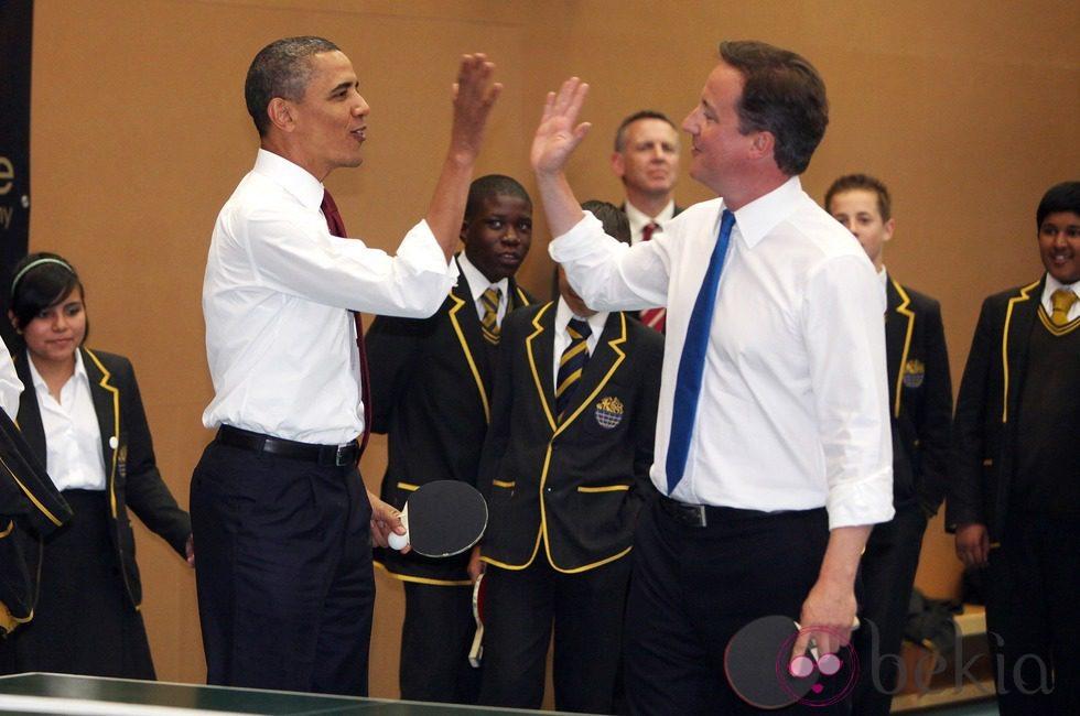 Barack Obama y David Cameron se saludan