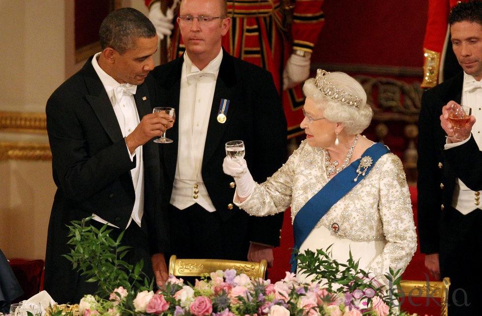 Brindis entre Barack Obama e Isabel II en Buckingham Palace