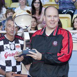 Alberto II de Mónaco con el trofeo en un partido benéfico por Haití