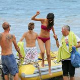 Selena Gomez y Justin Bieber se bajan de una lancha