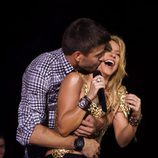 Gerard Piqué besa a Shakira en su concierto en Barcelona