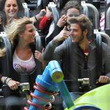 Edurne y David de Gea en la montaña rusa de Disneyland París