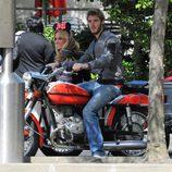 David de Gea y Edurne subidos en una moto en Disneyland París