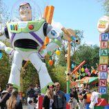 Edurne y David de Gea posan junto a Buzz Lightyear en Disneyland París