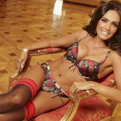 Tamara Ecclestone con lencería floreada